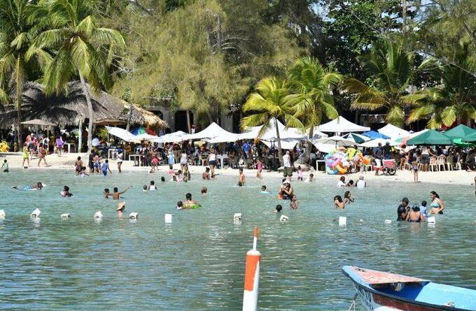 Ciudadanos se «escapan» del encierro y llenan playa de Boca Chica