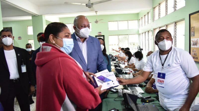 Presidente Abinader y ministro Fulcar entregan 26, 891 equipos tecnológicos en Cotuí